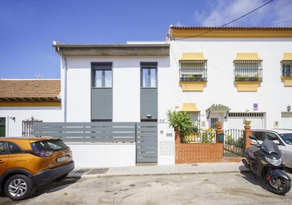Fachada de vivienda unifamiliar adosada entre medianeras en El Palo