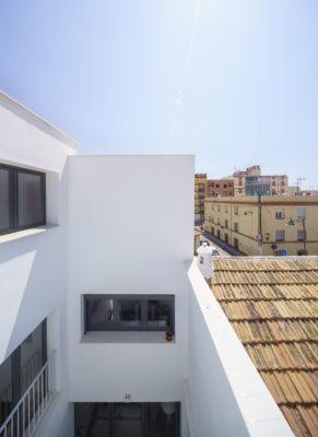 La edificación tiene un acceso a la cubierta transitable trasera mediante castillete. La crujía delantera, hacia la fachada, contará con cubierta inclinada de teja recuperada de la edificación original